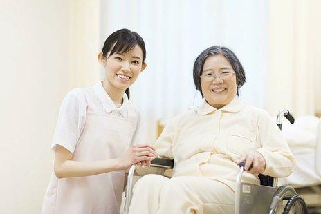 【専門家監修】介護施設・老人ホームとは|厚生労働省の定義・種類・費用・選び方など
