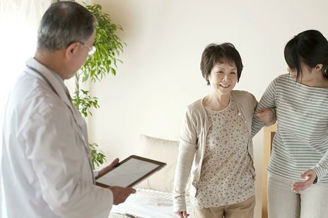 筋萎縮性側索硬化症(ALS)とは|治療法や初期症状、介護のポイントなど