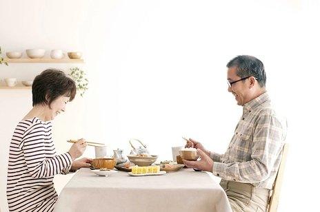 誤嚥とは、症状や家族の対応、避けるべき食べ物などを紹介
