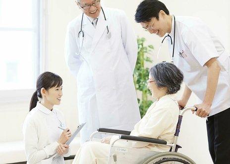 【2021年版】介護保険料とは|いつからいつまで支払う? 額はいくら?