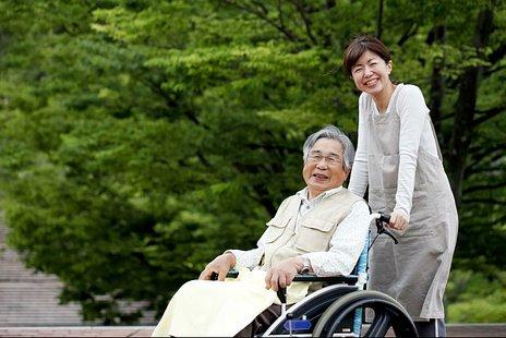 特定施設入居者生活介護とは|認定のための人員基準や、サ高住などの施設種別を紹介