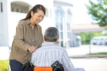 老人ホームの暮らしを紹介|1日のスケジュール・食事・イベント内容など