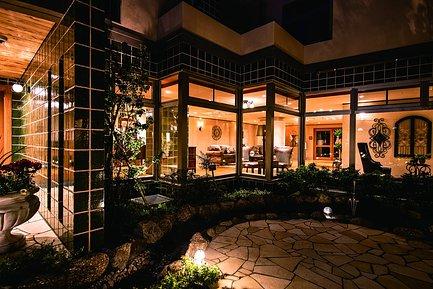 ライトアップが美しい中庭