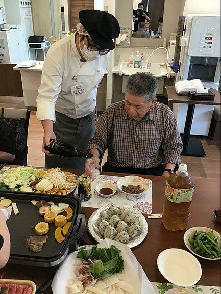 入居者様が神戸牛を食べる様子