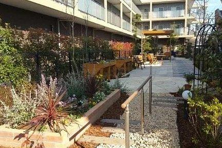 メディカル・リハビリホームボンセジュールはるひ野 リハビリテーションを考えた庭(砂利道)