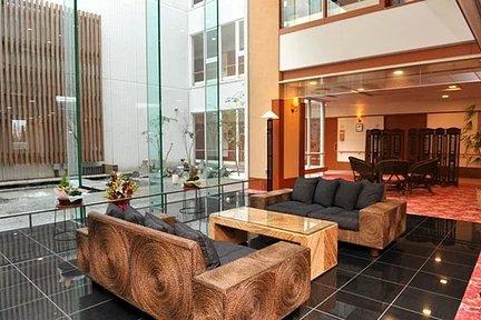 シニアホテル東戸塚イーストウイング 中庭を臨む6階ラウンジ。自然の光が差し込みます。 特徴画像